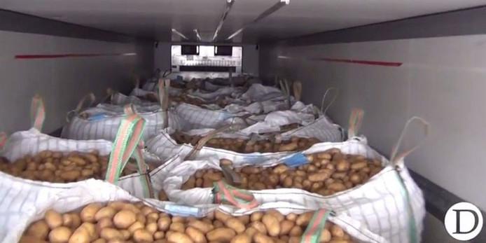De drugs werden aangetroffen in twee houten kratten achter een vracht aardappelen.
