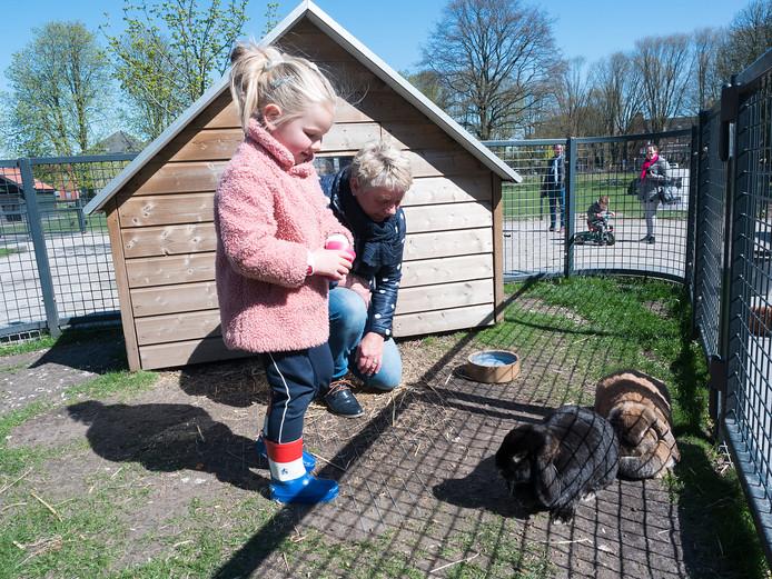 De 4-jarige Lotte bezoekt met haar oma de met sluiting bedreigde kinderboerderij in het Bospark