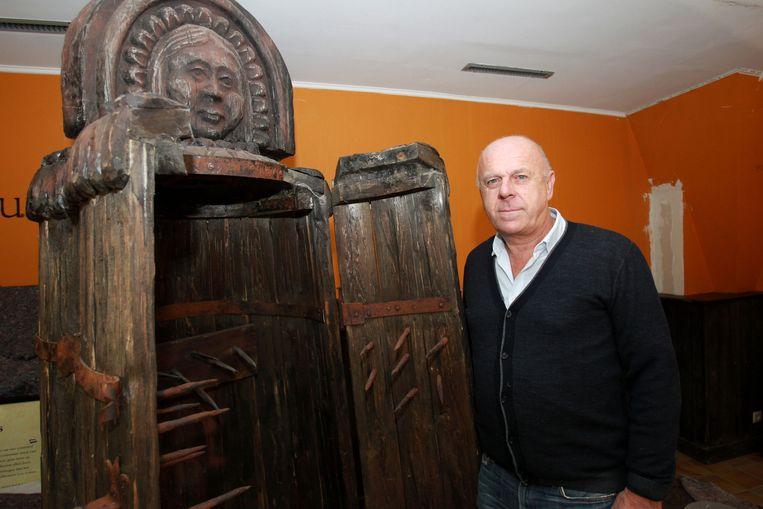 IJZEREN MAAGD - Dirk Van den Bossche bij de ijzeren maagd, met pinnen aan de binnenkant.
