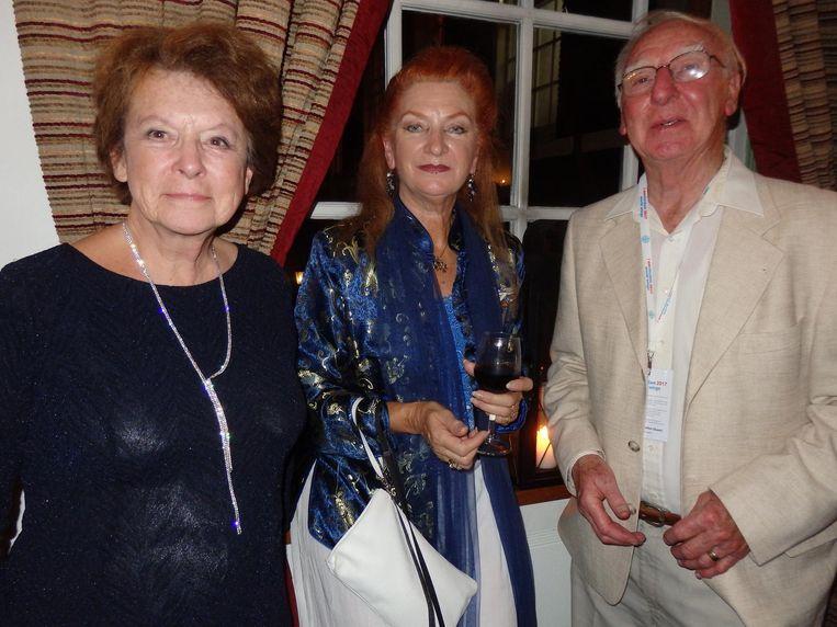 In het midden: Brenda-Anne Dymock, zes jaar reisgenoot, ahum, van The King. Met Rosalind Collins-Evans en haar man Chris Collins Beeld Schuim