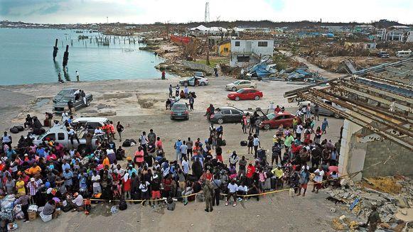 Geëvacueerden verzamelen zich in de haven van Grand Abaco in de hoop van het eiland te geraken