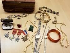 Sieraden gevonden in Culemborgse sloot, politie zoekt eigenaar