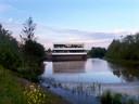 Nieuwe gebouw van bouwbedrijf Aan de Stegge in het water op Spectrum op bedrijventerrein de Meeten II in Roosendaal.