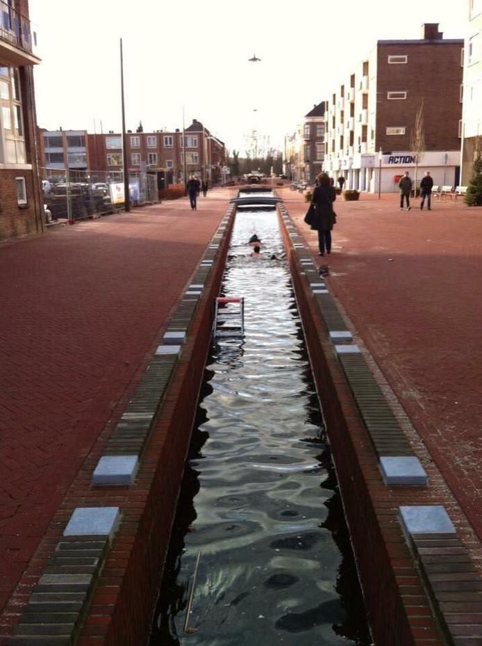 De Jansbeek, met zwemmers.