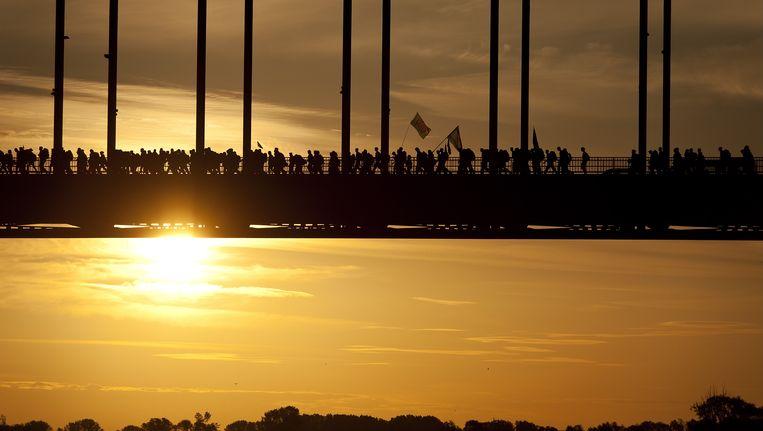 Wandelaars op de Waalbrug bij Nijmegen. Beeld ANP