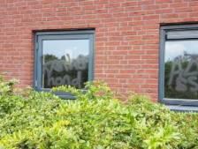 School doet aangifte na graffiti op ramen en muren