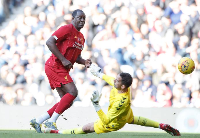 Emile Heskey scoort voor Liverpool Legends.