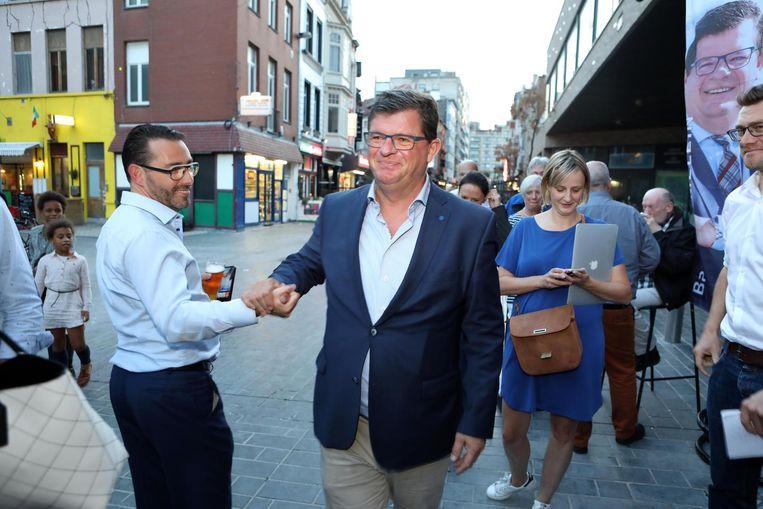 Bart Tommelein groet zijn aanhang op de avond van de gemeenteraadsverkiezingen.