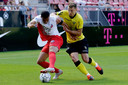 Leon Guwara van FC Utrecht in duel met Tobias Pachonik van VVV.