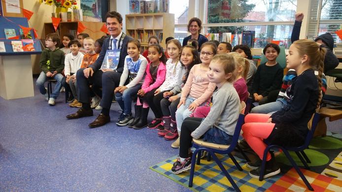 Paul Depla leest voor bij basisschool De Wisselaar.