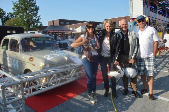 Enkele bezoekers van Cars 'n Coffee vorig jaar.