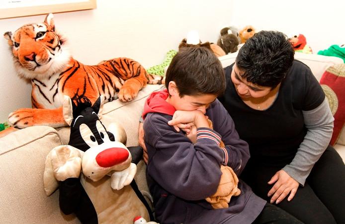 37 kinderen en jongeren met een (licht) verstandelijke beperking moeten door bezuiniging op de lvb-jeugdzorg weer terug naar huis.