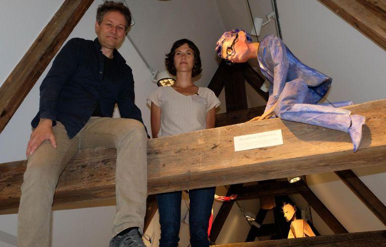 Poppenmaker Paul Contryn en Hanne Ampe van het Firmament bij een van de acht poppen.