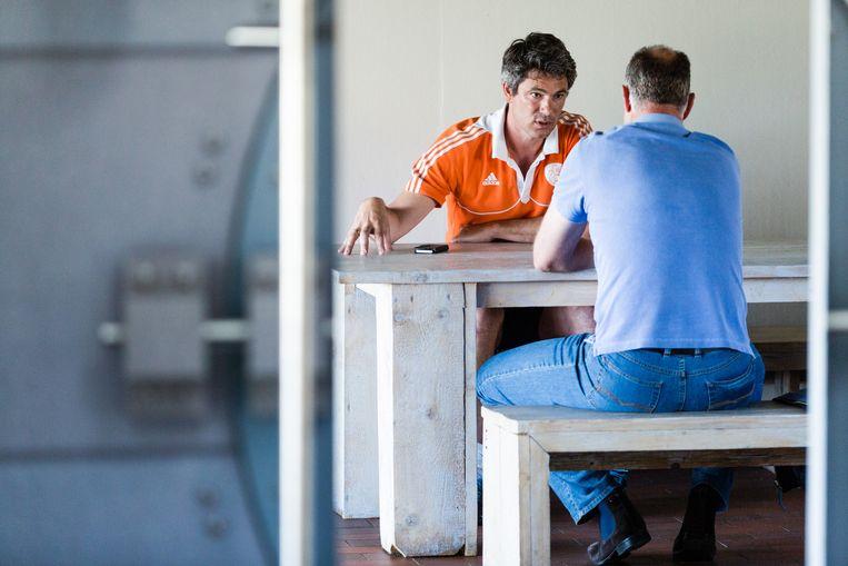 Coach Jisse Waasdorp heeft een gesprek met een vader wiens dochter de selectie niet heeft gehaald. Beeld Freek van den Bergh/de Volkskrant