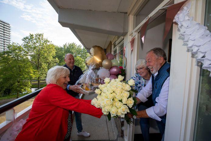 Ton en Roos van Wijk worden vanwege hun 60-jarig huwelijk verrast door hun kinderen Karin en Edwin.