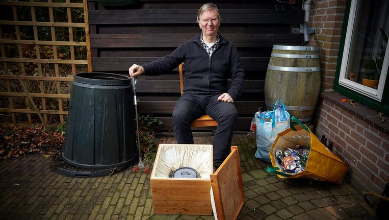 Tetteroo met zijn hooikist en de regenton waaruit hij water voor huishoudelijke gebruik haalt. Beeld Phil Nijhuis