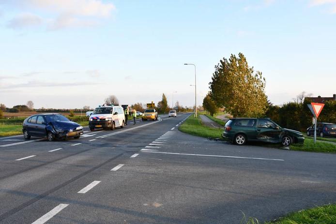 Bij het ongeluk raakten beide auto's flink in de prak.