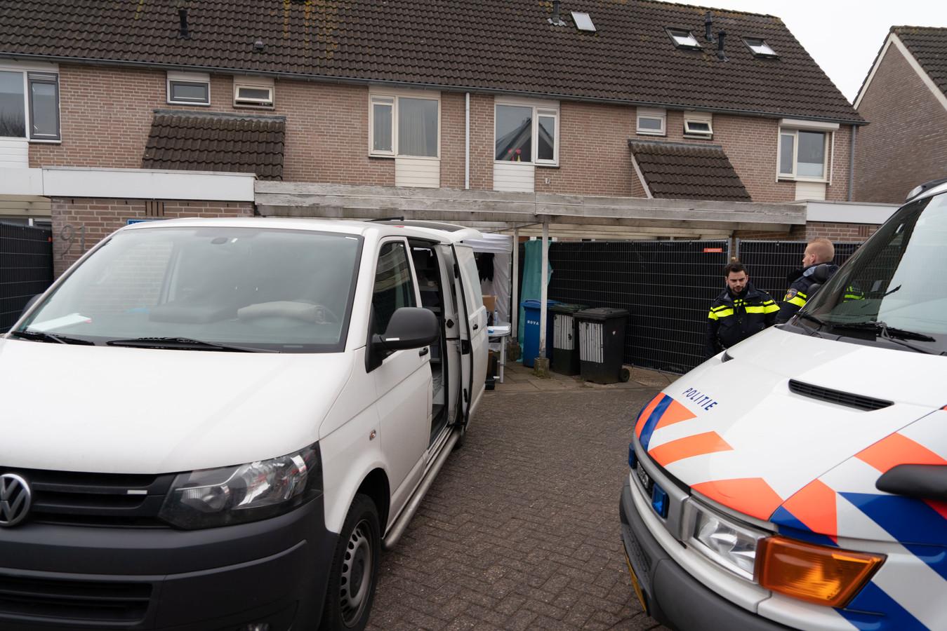 Onderzoek aan de van Zuylenware in Zwolle. In het huis werd het lichaam van Deniz Guldogdu  gevonden.