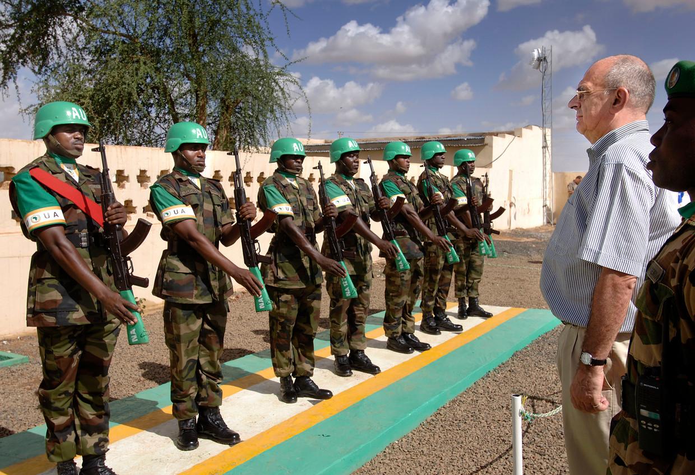 Jan Pronk, speciaal afgevaardigde van Secretaris Generaal van de Verenigde Naties, inspecteert de erewacht van de AU, leger, peace keepers van de Afrikaanse Unie, die met nog geen 7000 manschappen een gebied zo groot als Frankrijk moeten controleren.  Beeld Sven Torfinn