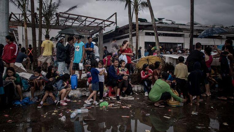 Tyfoon-slachtoffers op het vliegveld van Tacloban Beeld ANP