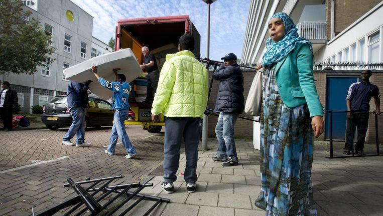 Asielzoekers ontruimen de Vluchtflat in West; de verblijfplaats waar zij begin oktober uit moesten Beeld anp