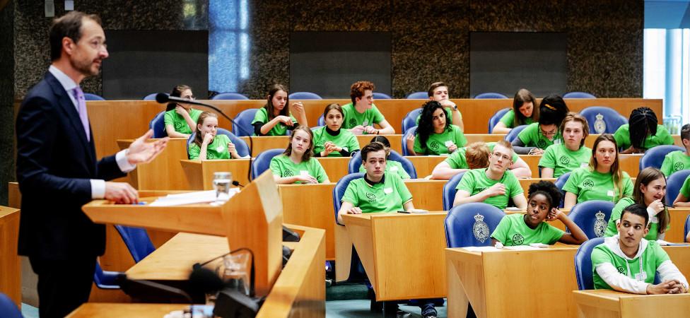 De 'klimaatgeneratie' op bezoek in de Tweede Kamer: 'De minister draait er wel een beetje omheen'