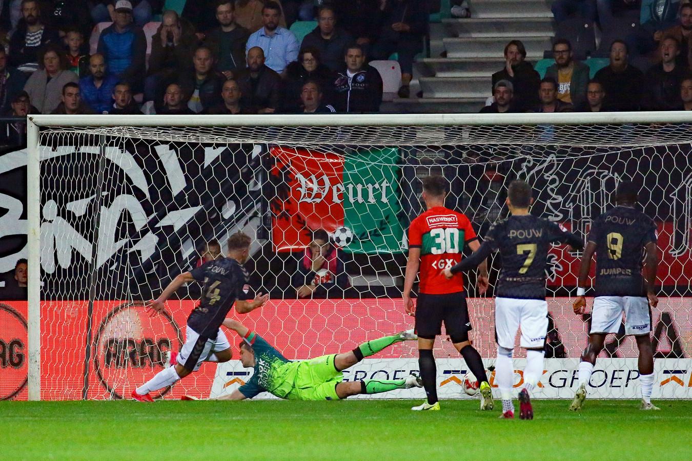 Martijn Berden (14) tekent voor de 0-1 bij NEC en daarmee zijn eerste doelpunt voor Go Ahead Eagles.