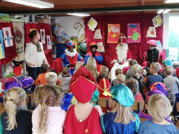 Op de scholen zorgden de leerlingen voor dansjes en versjes.