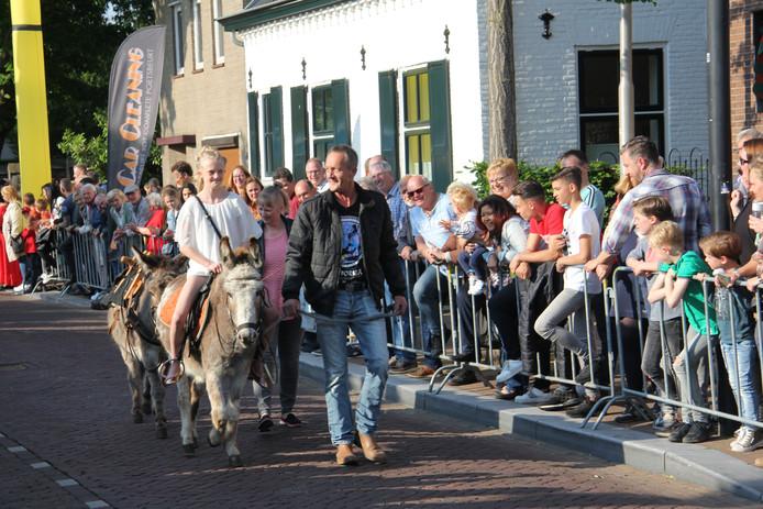 Op een ezel gezeten kun je ook naar het citogala, het publiek waardeerde het met een applaus.