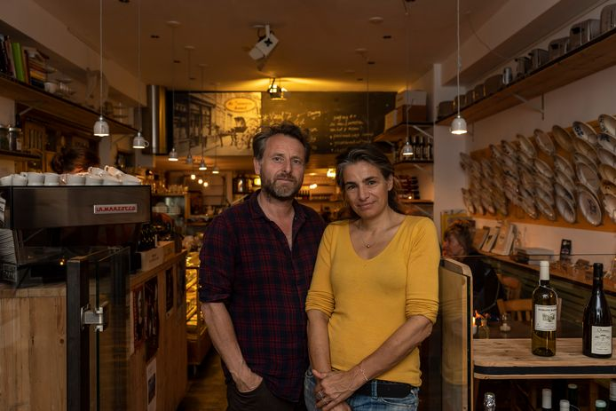 Monique Hiltermann en Joost Pieters in restaurant De Zeeuwse Hemel dat straks uitbreidt naar het naastgelegen pand.