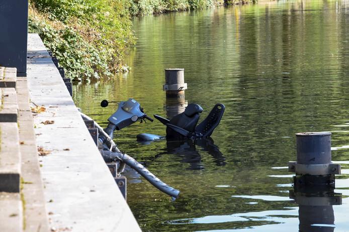 en man is vanmiddag met zijn scootmobiel het water in gereden langs het Zandpad in Utrecht