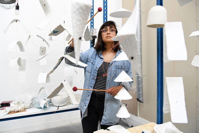 Kunstenares Roxanne Nesbitt in haar atelier bij haar keramieken geluidsinstrumenten.