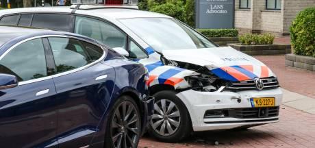 Politieauto klapt op dure Tesla in Capelle