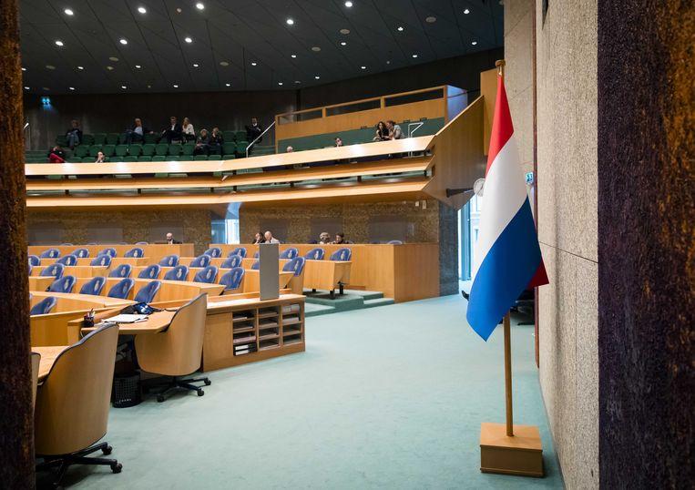 De Nederlandse vlag in de plenaire zaal in de Tweede Kamer.  Beeld ANP