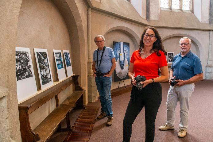 Fotoclub Zwolle exposeert in de Grote Kerk van Zwolle met beelden van de inmiddels verdwenen IJsselcentrale. Van links naar rechts leden Henny Elbrink, Margriet Hekkert en Ferdinand de Groot.