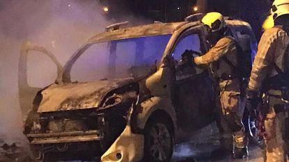 Kleine bestelwagen brandt uit langs Bergensesteenweg