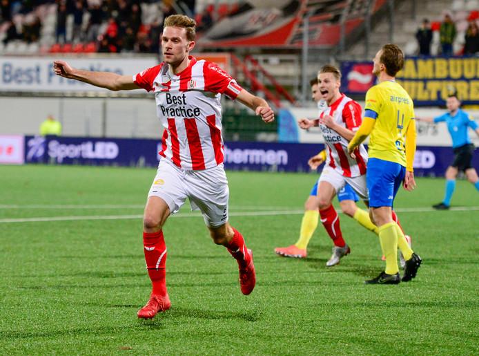 Rick Stuy van den Herik juicht nadat hij TOP Oss op 2-1 heeft gezet tegen Cambuur.