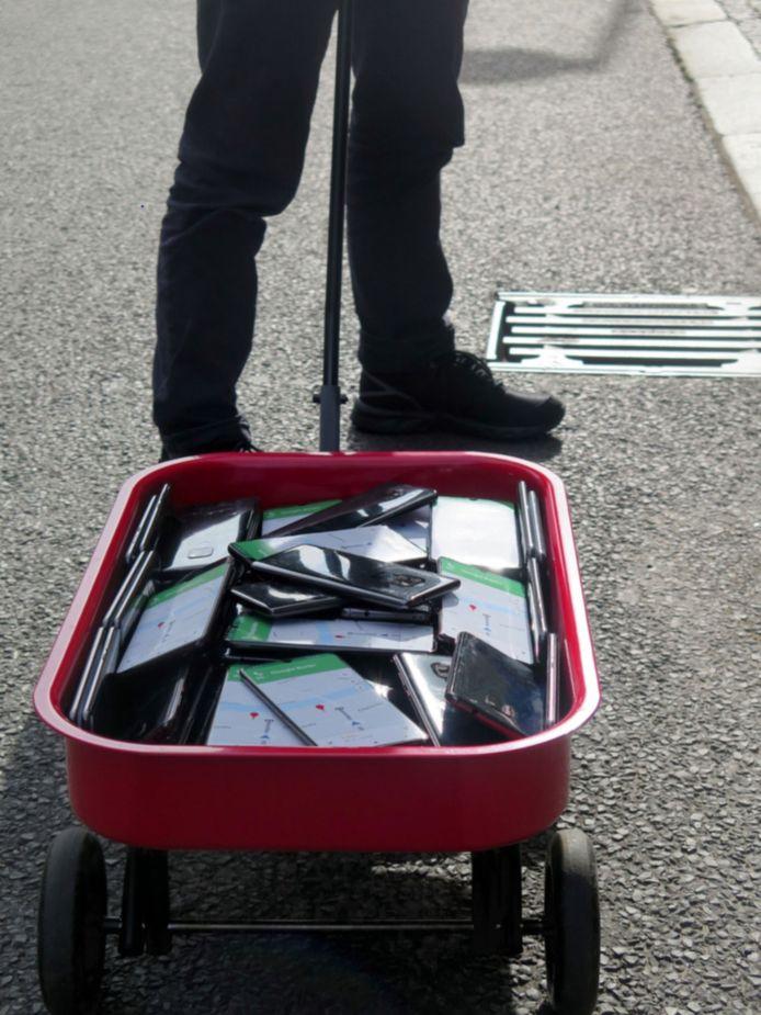 De Duitse kunstenaar laadde een karretje vol met 99 smartphones