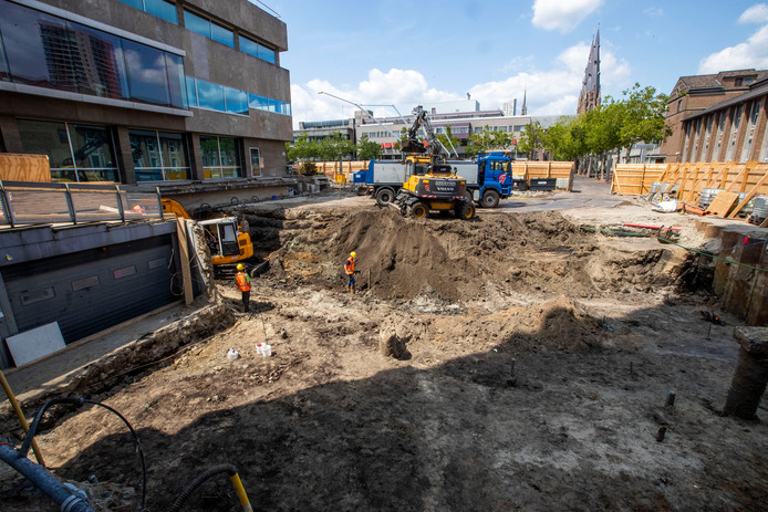 Grondwerkzaamheden voor de aanleg van de nieuwe ingang van het Stadhuis in Eindhoven. Voor het afvoeren van deze grond moet voortaan een onderzoek aantonen dat die niet vervuild is met zogenaamde PFAS/PFOS-stoffen.