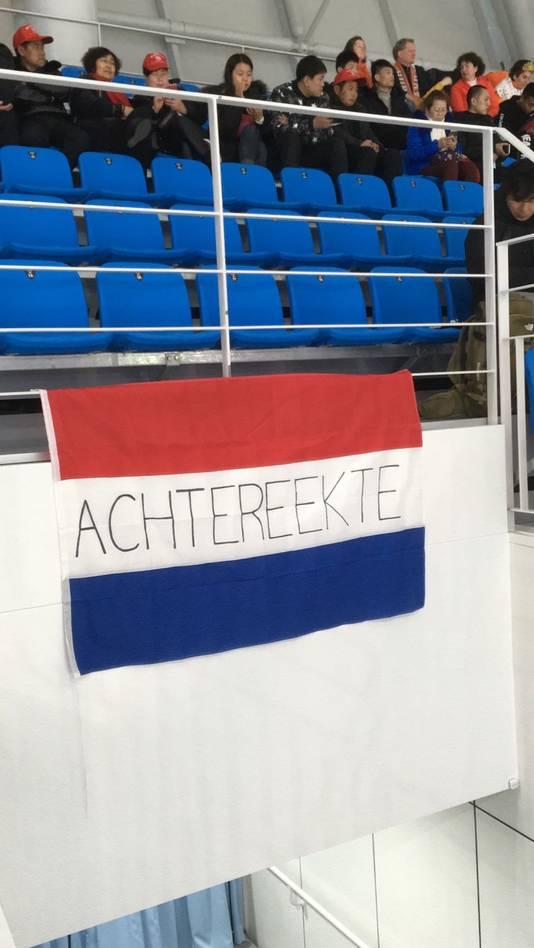 Alleen de vlag met 'Achtereekte' er op mocht blijven hangen. De twee andere driekleuren met 'Lettele' en 'staat' moesten weg van de organisatie.
