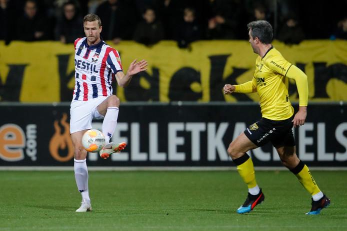 Thomas Meissner (links) tijdens VVV - Willem II. Rechts komt Ralf Seuntjens aangesprint.