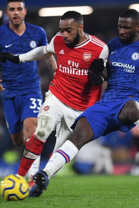 Chelsea en tien man Arsenal in balans na heerlijke Londense derby