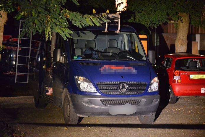 De eigenaar van het dakdekkersbedrijf stond voor zijn busje te praten met de eigenaar van de woning aan de Marterhof toen hij volgens het OM werd beschoten door Pierre P. De kogel miste beide mannen en sloeg volgens de officier een gat in een raamstijl van het voertuig.