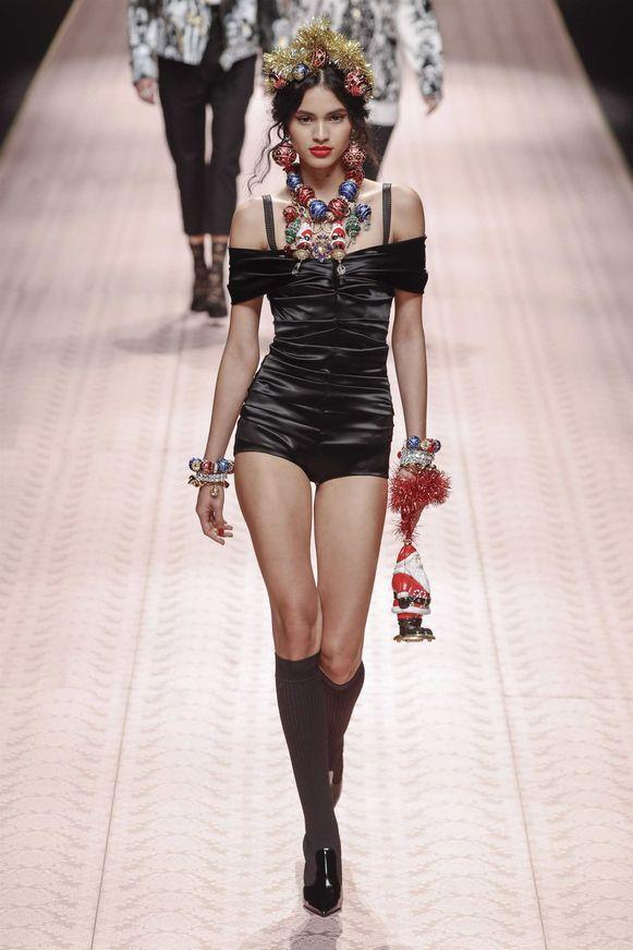 Handtas in de vorm van een kerstman. Gezien op Milan Fashion Week bij Dolce & Gabbana.