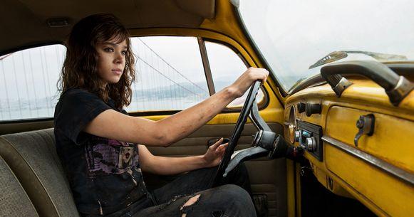 In de Transformers-spin-off 'Bumblebee' speelt actrice Hailee Steinfeld de soundtrack af met de cassettespeler van haar auto.