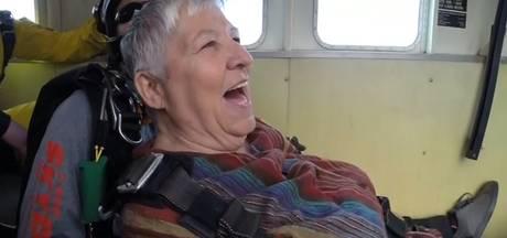 Oma (80) skydivet voor verjaardag: 'Ik heb het gezicht van God aangeraakt'