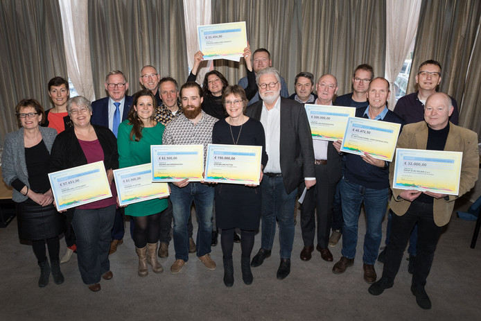 Gedeputeerde Ad Meijer mocht aan de initiatiefnemers van negen leefbaarheidsprojecten in Flevoland cheques uitdelen.