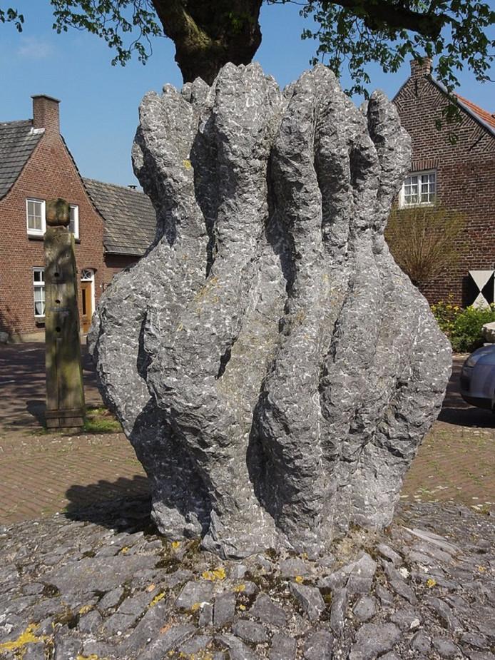 Sculptuur 'Het Vuur' sierde het Dorpsplein van Geijsteren ruim 26 jaar.