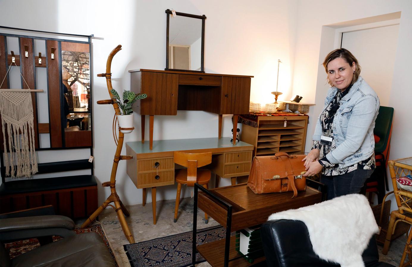 Viola Dobbelaar verkoopt alleen meubels die ze zelf mooi vindt.