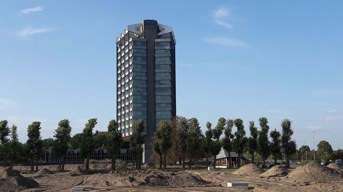Philips Nederland aan de Boschdijk in Eindhoven - een rijksmonument - met op de voorgrond de bouwgrond voor plan Vredeoord van woningcorporatie Sint Trudo.